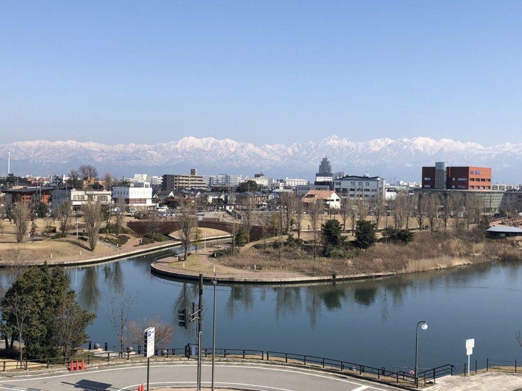 富岩環水公園と立山連峰